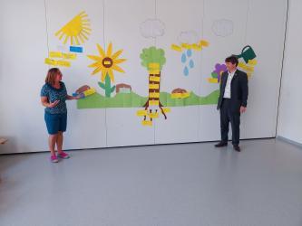 Kindergartenleiterin Michaela Krimmel erläutert Bürgermeister Michael Nöltner anhand einer liebevoll gestalteten Landschaft die