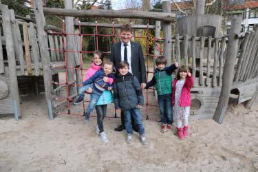 Bürgermeister Michael Nöltner mit den interessierten Kindern der Kindersprechstunde