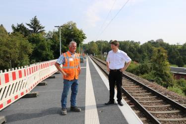 Bürgermeister Nöltner und Marc Leis, Leiter der Bahnmeisterei Menzingen bei der Haltestelle Schulzentrum