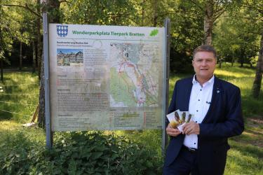 Oberbürgermeister Martin Wolff stellt das neue Wander-Booklet der Stadt Bretten vor. Foto: Stadt Bretten