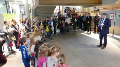 Oberbürgermeister Martin Wolff begrüßte die Kinder der Grundschule Bauerbach, deren Eltern, Lehrerinnen und Gäste zur Eröffnun