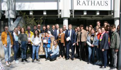 OB Martin Wolff und einige Sponsoren bei der Übergabe der gespendeten Bücher, Foto: Erik Böttcher