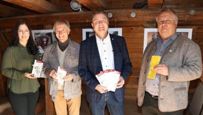 Museumsleiterin Linda Obhof mit Stadtvogt Peter Dick, Oberbürgermeister Martin Wolff und Kulturamtsleiter Bernhard Feineisen