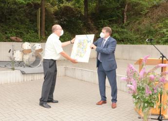 Oberbürgermeister Martin Wolff überreicht Wolfgang Mees sein Geschenk.