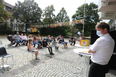 """Bibliothekarin Anette Giesche (im Hintergrund) führte durch das Programm der """"Heiß auf Lesen""""-Abschluss-veranstaltung. Bürgermei"""