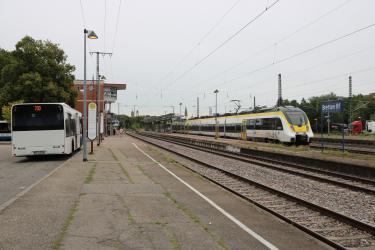 Auf dem ist der Brettener Bahnhof sowie Gleise und ein Zug zu sehen.