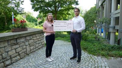 Die Mitglieder des Jugendgemeinderats (v.l.) Jana Freis und Miklós Kopcsándi erhielten stellvertretend für den Jugendgemeinderat