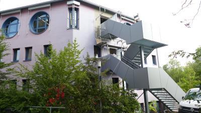 Die neue Außentreppe ist vom Dachgeschoss und 1. Obergeschoss aus zugänglich und dient als Fluchtweg bei Veranstaltungen bis 150