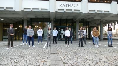 Bürgermeister Michael Nöltner mit den neu berufenen Mitgliedern im Jugendgemeinderat: (v. l.) Joey Becker, Marla Reiß, David D