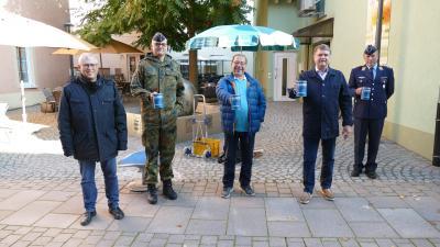 BU: (v.l.) Bezirksgeschäftsführer Volker Schütze, der Feldwebel vom Bundeswehrstandort Bruchsal Lothar Falk, Alt-Oberbürgermeist