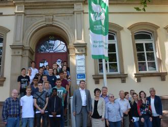 Oberbürgermeister Wolff hisst die Fiedensflagge