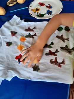 Kinderhand bemalt T-Shirt mit Fingerfarben
