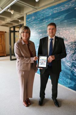 OB Martin Wolff und Hauptamtsleiterin Susanne Hess präsentieren die Digitalisierungsstrategie der Stadt Bretten