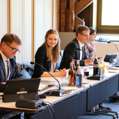 (v. l.) Oberbürgermeister Martin Wolff, Jugendgemeinderätin Jana Freis, Karl-Heinz Schmidt und Nicola Ruoff vom Hauptamt der Sta