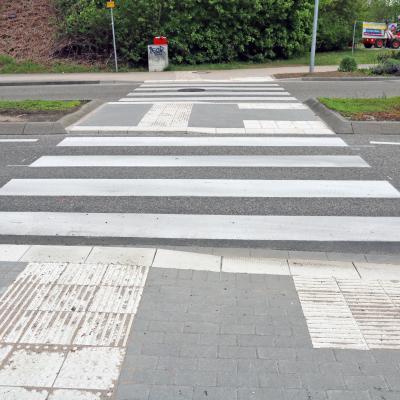 Fußgängerüberweg am Kreisel mit speziellen Bereichen für blinde und mobilitätseingeschränkte Verkehrsteilnehmer