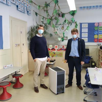 Schulleiter Dr. Wolfgang Halbeis (links) und Bürgermeister Michael Nöltner mit einem der neuen Luftreinigungsgeräte.