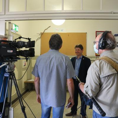 Bürgermeister Michael Nöltner beim Interview durch das SWR-Team.
